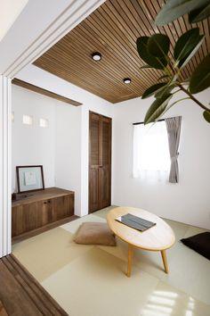 板貼り仕上げの天井がオシャレな和室。ナチュラルテイストのお家にも違和感なく溶け込む空間に仕上がりました。 Cute House, Tiny House, Wood Wallpaper, Wood Ceilings, Minimalism, Sweet Home, House Design, Flooring, Japanese Style