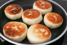 pan-fried Chinese buns, Pastries Source by evonan Pan Fried Bread, Bread Bun, Asian Desserts, Asian Recipes, Chinese Desserts, Chinese Bun, Chinese Food, Chinese Bread Recipe, Chicken Spring Rolls