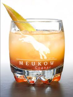Meukow VANILLA VENUS - In a cocktail shaker add ice, 4cl of Meukow Vanilla and 6cl of pineapple juice. Pour into a glass and slowly add 1cl of Grenadine syrup. Serve with crushed ice and decorate with a pineapple leaf. Frappez dans un shaker, rempli de glace, 4cl de Meukow Vanilla et 6cl de jus d'ananas, Versez dans un verre et ajoutez lentement 1cl de sirop de grenadine. Servez avec de la glace pilée et décorez avec une feuille d'ananas.
