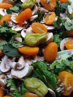 Lechuga, hongos, tomate amarillo, cilantro, chiles griegos, semilla de girasol