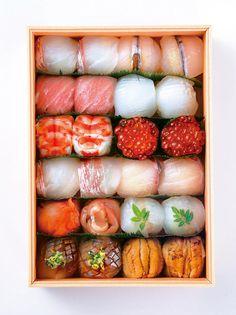 """I really love temarizushi (手まり寿司) or """"hand-rounded sushi"""". Japanese Food Sushi, Japanese Dishes, Sushi Comida, Temari Sushi, Onigirazu, Sushi Love, Sashimi, Food Design, I Love Food"""