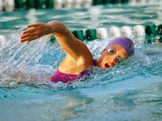 Mulai sekarang rutinlah melakukan olahraga renang, karena memberikan banyak manfaat sehat bagi tubuh. simak beberapa manfaat berenang bagi tubuh berikut ini..