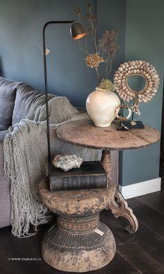 |Parvani, wijntafel houtsnijwerk, bijzettafel oude poer India, leeslamp Mira Tierlantijn, schelpenketting, beige aardewerk pot, armband been op voetje, plaid van Hoffz.