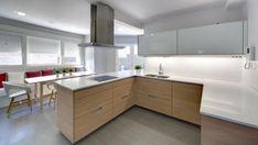 Vivienda equipada con el modelo de cocina MINOS-E estratificado laricio horizontal y blanco seff de Santos.