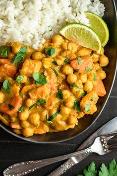 Pikantne curry z dynią i ciecierzycą składników) - Wilkuchnia Chana Masala, Food Dishes, Meal Prep, Recipies, Curry, Lunch Box, Food And Drink, Menu, Healthy Recipes