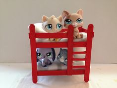 Make a LPS bunk bed using cardboard, Popsicle sticks, scissors and hot glue. how to make LPS accessories How to make LPS furniture How to make LPS bed LPS ba. Accessoires Lps, Lps Diy Accessories, Lps Houses, Diy And Crafts, Crafts For Kids, Lps Pets, Lps Littlest Pet Shop, Little Pet Shop, Doll Furniture