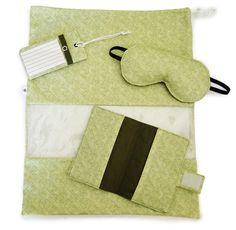 Kit para viagem, composto por:  1 saquinho porta sapatos  1 máscara para dormir acolchoada  1 capa para passaporte  1 tag para identificar mala  Ótima opção de presente tanto para homens quanto mulheres. Perfeito para levar em viagens!