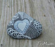 Painted stones. Rock painting ༺✿ƬⱤღ  http://www.pinterest.com/teretegui/✿༻