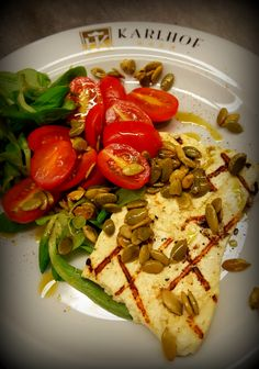 Grilled cheese with caramelized pumpkin seeds and tomato salad Tomato Salad, Thai Red Curry, Delicious Food, Caramel, Grilling, Seeds, Pumpkin, Cheese, Ethnic Recipes