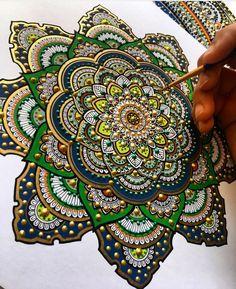 Mandalas pintadas con hoja de oro por Asmahan A. Mosleh | Caracteres