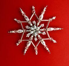 hvězdička z perliček a ohňovek Vánoční hvězdička z korálků a perliček na pevné drátěné konstrukci , velikost 10 cm v barvách stříbrná bílá