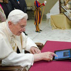 """""""Queridos amigos, me uno a vosotros con alegría por medio de Twitter. Gracias por vuestra respuesta generosa. Os bendigo a todos de corazón"""" fue el primer twit de Papa Benedicto XVI a través de su cuenta en español @Pontifex_es Foto: Agencia EFE"""