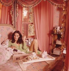 "Vogue called Diane von Furstenberg& Manhattan digs a ""glamour-star's pad."" She said it was ""a woman's apartment,"" and decorated it in pink. Vintage Vogue, Mode Vintage, Vintage Pink, Vintage Fashion, 70s Fashion, Vintage Glamour, Trendy Fashion, Vogue Fashion, Fashion News"