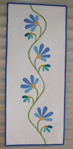 Applique table runner - this would be so cute as a quilt. Maybe in patchwork/applique sections. Table Runner And Placemats, Quilted Table Runners, Small Quilts, Mini Quilts, Skinny Quilts, Quilted Table Toppers, Flower Quilts, Quilt Border, Sewing Table