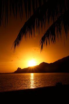 Sunrise over Maupiti | French Polynesia (by Raphael Bick)