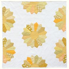 Dresden Quilt From The Long Thread (pattern in Quilt of the Day). Love the straight line quilting variation. Dresden Plate Patterns, Dresden Plate Quilts, Quilt Patterns, Quilting Projects, Quilting Designs, Sunflower Quilts, Yellow Quilts, Straight Line Quilting, Cute Quilts