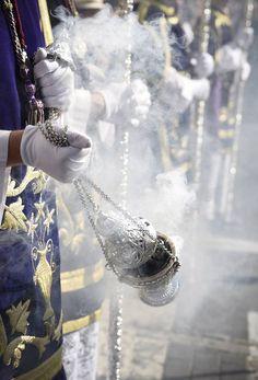 Las fotos de San Benito el Martes Santo de la Semana Santa de Sevilla 2017 Holy Week In Spain, Les Fables, Catholic Mass, Spanish Culture, Cleric, Andalusia, God Is Good, Malaga, Real Madrid