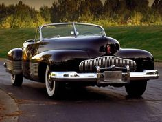 The 1938 Buick Y-Job is claimed to be the first concept car in history. It had concealed headlamps and prefigured later Buick design motifs. Retro Cars, Vintage Cars, Antique Cars, Maserati, Ferrari 458, Lamborghini, Mercedes Classic Cars, Foto Zoom, Automobile