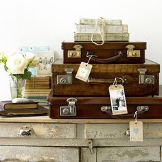 belle maison: Decorating with Trunks & Vintage Luggage Décor Antique, Antique Decor, Vintage Decor, Vintage Stuff, Vintage Books, Rustic Decor, Antique Market, Vintage Tags, Vintage Market