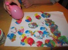 Kinder lieben Fingerfarben. Wenn du ihnen ein paar Alltagsmaterialien in die Hand gibst, entstehen ganz neue Maltechniken für Fingerfarben - mit denen deine Kinder experimentieren können.