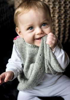 dk - En verden af garn til fornuftige priser Knitting For Kids, Baby Knitting Patterns, Crochet Pattern, Baby Barn, Knitted Baby Cardigan, Designer Baby, Baby Vest, Baby Coming, Drops Design