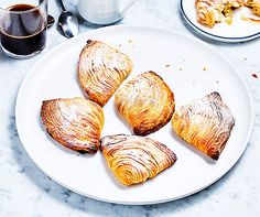 Sfogliatelle    | Betty Bossi Sweet Bakery, Italian Desserts, Cannoli, Beignets, Ricotta, Baked Potato, Sweet Recipes, Biscuits, Muffin