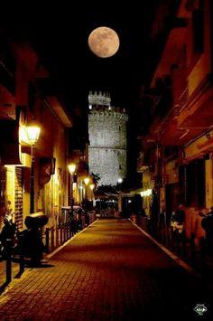 Full moon over the White Tower in Thessaloniki, Macedonia, northern Greece. Beautiful Moon, Beautiful World, Greek Beauty, Thessaloniki, Night City, Macedonia, One And Only, Greece, Community