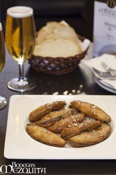 Berenjenas Califales rebozadas con reducción de vino Pedro Ximenez y ajonjolin  www.bodegasmezquita.com Nom Nom, Sausage, Drinking, French Toast, Bacon, Breakfast, Food, Cordoba, Lunches