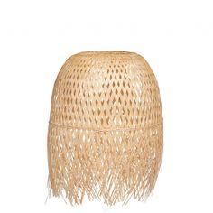 Une suspension en bambou Maisons du Monde en guise de lampe de chevet