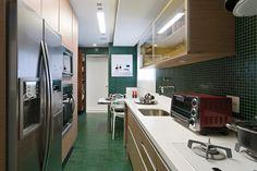 Após reforma, apê tem decoração 'na medida' e cozinha ousada em verde