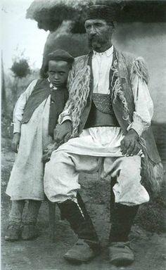 Otac i sin, Lika Albanian Culture, Folk Costume, Kirchen, Traditional Outfits, Vintage Men, Croatia, Black And White, Couple Photos, Anthropologie