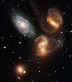 Hubble : cette image prise en 2009 montre la Quintette de Stephan, un groupement visuel de galaxies situé dans la constellation de Pégase