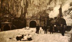Obras en la Estación Internacional de Canfranc. Una locomotora a vapor, cerca del túnel. Los inviernos, debían de ser terribles para los tra...
