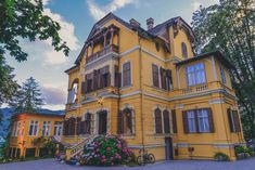 Impressive Wörthersee architecture - Welcome to Schlossvilla Miralago 💛😍 Villa, Mansions, Architecture, House Styles, Home, Building Homes, Arquitetura, Manor Houses
