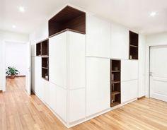 Многофункциональный белый шкаф в светлой прихожей