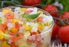 Taboulé au riz de konjacPour 4 à 6 personnes:- 2 paquets de Riz rond de Konjac- 2 tomates- 1 concombre- 1 poivron jaune- 1 citron- ½ bouquet de menthe fraîche- 1 càs d'huile olive- sel1. Faire chauffer une casserole d'eau. Égoutter le riz rond de Konjac puis le rincer abondamment. Réserver dans un saladier.2. Laver, émonder les tomates et les couper en petits cubes. Ajouter dans le saladier.3. Éplucher le concombre, vider les graines avec une petite cuillère et le détailler en petits…