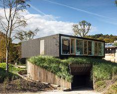 Dit huis is duurzaam omdat het veel groen om zich heen en geniet langer van de zon omdat het veel ramen heeft. Ik zou wel wat meer groen om me heen willen hebben.