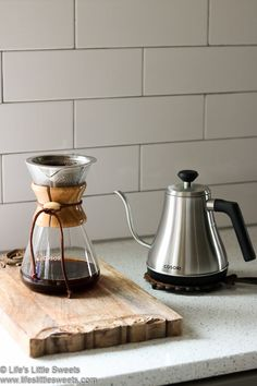 This Pour Over Coffee recipe is made by pouring a steady stream of perfectly heated water from a Gooseneck Kettle evenly over ground coffee in a Pour Over Coffee Maker to produce a subtle, delicious and full-bodied cup of hot coffee. Coffee Cafe, Coffee Drinks, Black Coffee, Hot Coffee, Dirt Cake Cups, Butter Coffee Recipe, Easy Peanut Sauce, Pouring Coffee, Coffee Study