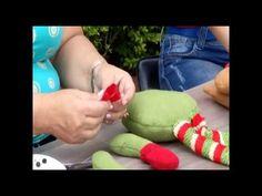 Muneco de nieve para la puerta :)   Hecho con Estilo 04 de Julio - YouTube Fabric Crafts, Diy Crafts, Xmas, Christmas, Arm Warmers, Tube, Pattern, Craft Videos, Christmas Ornaments