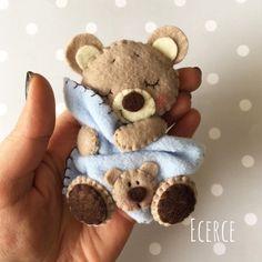 Felt teddy with blanket Bear Felt, Felt Baby, Felt Crafts, Fabric Crafts, Diy And Crafts, Felt Christmas Ornaments, Christmas Crafts, Felt Magnet, Felt Mobile