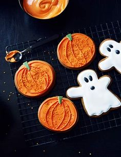 A little halloween inspiration courtesy of these adorable pumpkin & ghost ginger biscuits Halloween Biscuits, Halloween Baking, Halloween Cookies, Halloween Kitchen, Spooky Halloween, Halloween Treats, Happy Halloween, Halloween Party, Gooey Cookies