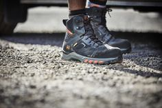 Ces baskets de sécurité Timberland Hypercharge sont idéales pour les environnements de travail difficiles (tige en Cordura®). Des chaussures de sécurité homme équipées d'une semelle anti-fatigue et d'une doublure respirante pour plus de confort. Techniques, elles offrent une grande stabilité et une bonne adhérence, adaptées aux travaux extérieurs sur sols accidentés. Normées S3 HRO ESD SRC. Basket Timberland, Timberland Pro, Jordans Sneakers, Air Jordans, Anti Fatigue, Hiking Boots, Footwear, Shoes, Fashion