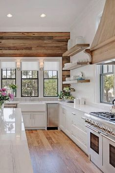 Awesome 40 Comfy Farmhouse Kitchen Design Ideas For Cleaner Look. Cosy Kitchen, Farmhouse Style Kitchen, Modern Farmhouse Kitchens, Home Kitchens, Farmhouse Ideas, Kitchen Ideas, Style At Home, Country Style Homes, Galley Kitchen Design
