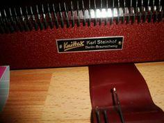 Verkaufe eine Strickmaschine KNITTAX M2 mit Zubehör (siehe Bilder). Einbett.Anleitung kopiert vorhanden.Funktionsfähig.