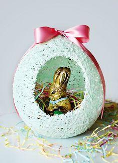 Pâques DIY : faire sa décoration éphémère - Clem Around The Corner Easter Baskets To Make, Easter Egg Basket, Easter Crafts For Kids, Easter Eggs, Easter Cake, Easter Colors, Egg Decorating, Craft Stick Crafts, Christmas Bulbs