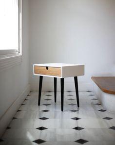 Hermosa mesa / mesita de noche compacta inspirada en el diseño escandinavo de mediados de siglo. Totalmente hecha a mano con materiales de gran