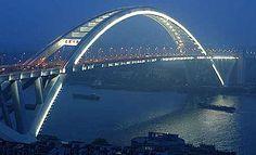 El Puente Lupu, País China.   Es un puente de arco ubicado en Shanghái, cruza el río Huangpu. El puente inaugurado el 28 de junio de 2003, es considerado el puente en arco más largo del mundo, la longitud total del puente es de 3,9 Km.