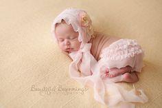 Bonnet de Veronica mousseline de soie et pantalon ensemble. PÂLE poudre rose ou blanc pur - taille nouveau-né. . Un magnifique style vintage