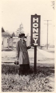 Cool Snaps Capture People Posing with Signs in the Past - Vintage Dresses Vintage Photos Women, Antique Photos, Photos Of Women, Vintage Photographs, Vintage Images, Vintage Pictures, Vintage Signs, Vintage Ads, Vintage Dresses