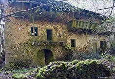 La maison abandonnée d'Algoux (Parlan) Abandoned Property, Abandoned Mansions, Abandoned Houses, Abandoned Places, Old Houses, Haunted Places, Photo Post Mortem, Time Stood Still, Mother Earth